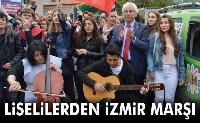 Liselilerden İzmir Marşı