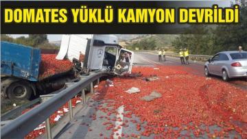DOMATES YÜKLÜ KAMYON DEVRİLDİ