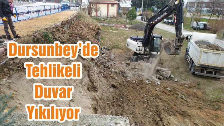 Dursunbey'de Tehlikeli Duvar Yıkılıyor