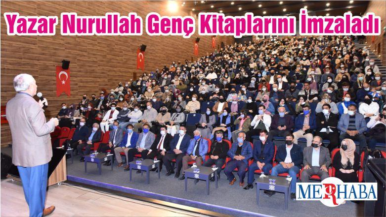 Yazar Nurullah Genç Kitaplarını İmzaladı